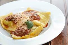 Cottura del grandi italiano saporito dei ravioli, proces graduali Immagini Stock