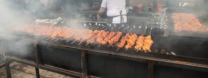 Cottura del molto kebab in un caffè della via fotografia stock