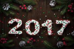 Cottura del nuovo anno la pasticceria dolce segna 2017 con lettere Fotografia Stock