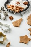 Cottura del pan di zenzero casalingo Fotografie Stock Libere da Diritti