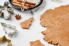 Cottura del pan di zenzero casalingo Immagini Stock Libere da Diritti