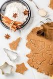 Cottura del pan di zenzero casalingo Immagini Stock