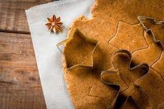 Cottura del pan di zenzero casalingo Immagine Stock