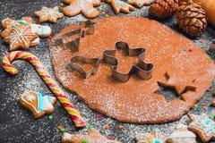 Cottura del pan di zenzero dei biscotti di Natale Fotografia Stock Libera da Diritti