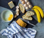 Cottura del pane inzuppato in latte/uova e zucchero e fritto in padella per la prima colazione Fotografia Stock Libera da Diritti
