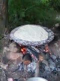 Cottura del pane in un giardino Immagine Stock
