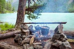 Cottura del pasto su un fuoco di accampamento Immagine Stock