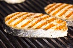 Cottura del pesce sulla griglia Fotografia Stock