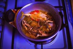 Cottura del pesce del vapore per la cena immagine stock libera da diritti