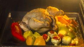 Cottura del pollo con la frutta e le verdure in forno di cottura archivi video