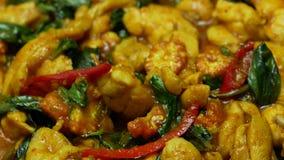 Cottura del pollo fritto con pasta di curry piccante, basilico, peperone dolce, fagioli lunghi dell'iarda, cereale affettato video d archivio