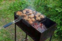 Cottura del pollo sulla griglia Immagini Stock Libere da Diritti