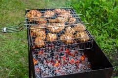 Cottura del pollo sulla griglia Fotografie Stock Libere da Diritti