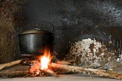 Cottura del POT su un fuoco aperto Immagini Stock Libere da Diritti
