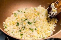 Cottura del riso fritto fotografia stock libera da diritti
