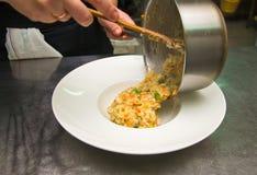 Cottura del risotto fotografie stock