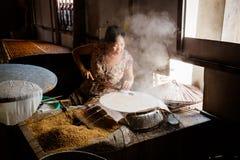 Cottura del rotolo della carta di riso fotografia stock libera da diritti