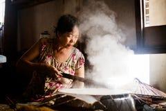 Cottura del rotolo della carta di riso immagini stock libere da diritti