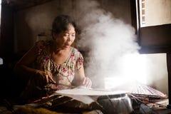 Cottura del rotolo della carta di riso fotografie stock libere da diritti