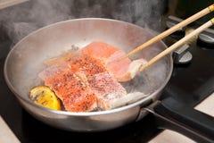 Cottura del salmone Immagine Stock