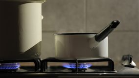 Cottura del vapore dal vaso video d archivio