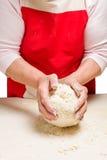 Cottura del varenyky ucraino con le ciliege Serie Fotografia Stock