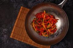 Cottura del wok asiatico con le verdure della frittura di scalpore Fotografia Stock Libera da Diritti