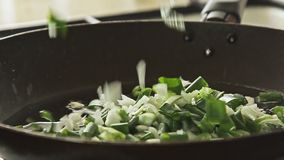 Cottura dell'alimento in pentola sulla stufa archivi video