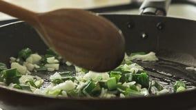 Cottura dell'alimento in pentola sulla stufa video d archivio