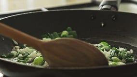 Cottura dell'alimento in pentola sulla stufa stock footage