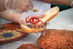 Cottura dell'hamburger sulla via fotografia stock libera da diritti