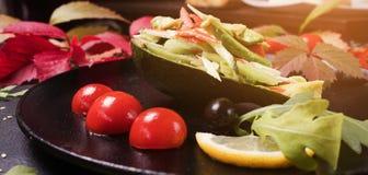 Cottura dell'insalata elegante delle verdure di ricetta fotografia stock