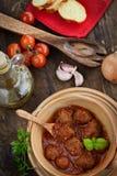 Cottura dell'italiano - polpette con basilico Fotografia Stock