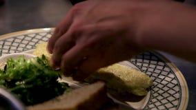 Cottura dell'omelette dell'uovo con i pomodori ciliegia in una padella video d archivio