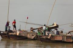 Cottura dell'oro sul Irrawaddy nel Myanmar fotografie stock libere da diritti