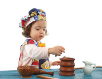 Cottura della bambina vestita come cuoco unico Fotografia Stock Libera da Diritti