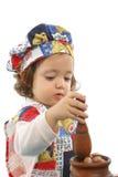 Cottura della bambina vestita come cuoco unico Immagine Stock
