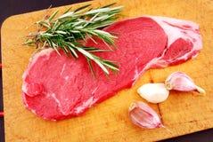 Cottura della bistecca sulla parentesi graffa di alla di grillBistecca Fotografia Stock Libera da Diritti