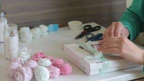 Cottura della caramella gommosa e molle casalinga, la sua elaborazione ed imballare stock footage