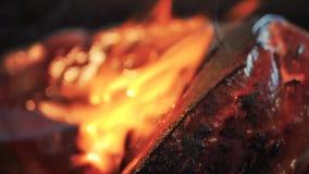 Cottura della carne del manzo con la torcia per saldature archivi video