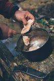 Cottura della carne nel campo Fotografia Stock