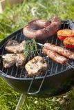 Cottura della carne sul barbecue Fotografie Stock