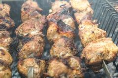 Cottura della carne sulla griglia Immagini Stock Libere da Diritti