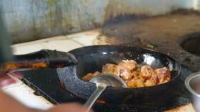 Cottura della carne in una padella del ghisa archivi video