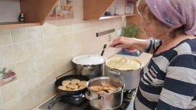Cottura della donna casalinga nella cucina video d archivio