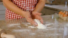 Cottura della donna con l'uovo e la farina video d archivio