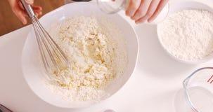 Cottura della donna con la farina ed il latte video d archivio