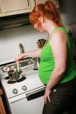 Cottura della donna incinta fotografie stock libere da diritti