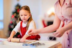 Cottura della famiglia sulla notte di Natale Immagine Stock Libera da Diritti