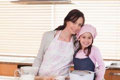 Cottura della figlia e della madre Fotografie Stock